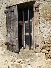 Ouverture ou fermeture ? (Malys_) Tags: mur fentre bois barreau volet carreau