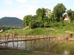 """Luang Prabang: la rivière Nam Khan et un autre de ses ponts en bambou <a style=""""margin-left:10px; font-size:0.8em;"""" href=""""http://www.flickr.com/photos/127723101@N04/23875675191/"""" target=""""_blank"""">@flickr</a>"""