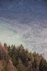 2 kleine schaatsers in de diepte (Andrea van Leerdam) Tags: winter austria oostenrijk weissensee ijs schaatsen natuurijs
