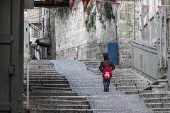 Gerusalemme 2015 - bambino con zainetto rosso (Fabrizio Pisoni) Tags: red children stair places rosso gerusalemme bambino luoghi scalinata 2015 terrasanta zainetto
