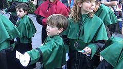 Semana Santa 2016 Granada - Bidplaatjes en snoepjes uitdelen (Frandalf) Tags: kinderen granada semanasanta spanje 2016 processie snoep uitdelen bidplaatje