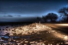 Blaue Stunde und Scheinwerfer, nahe Birkendorf