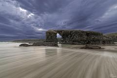 Peinando la arena (Urugallu) Tags: luz canon mar agua flickr playa arena galicia cielo nubes olas roca norte efecto ribadeo cantabrico 70d joserodriguez urugallu sedado