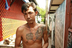 serious young tattooed man (the foreign photographer - ฝรั่งถ่) Tags: man portraits canon thailand kiss serious bangkok young tattooed khlong bangkhen thanon 400d