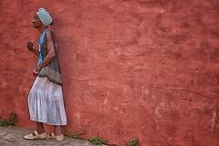 risalendo lungo il muro (mat56.) Tags: old portrait people woman muro wall portraits climb donna candid cuba persone trinidad antonio ritratti ritratto cubana salita caraibi vecchia mat56 romei