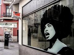 ... Recordando a Angela Davis ... (Lanpernas 2.0) Tags: madrid streetart libertad mujer arte poltica repblica icono prensa reflejos lavapis escaparate izquierda filosofa sigloxx marxista pensadora