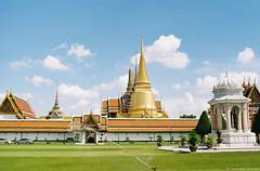 Wat Phrakaew (iheresss) Tags: slr film 35mm thailand kodak bangkok filmcamera nikkor wat nikonf f28 manualcamera phrakaew gold200 negativefilm manuallens 135film