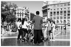 Traditional Dance / Plaça de Catalunya / Barcelona (rob4xs) Tags: barcelona bw kids dance spain kinderen niños catalunya dans spanje zw plaçadecatalunya catalonië