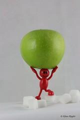 Apfel (Klaus R. aus O.) Tags: blue red man male green rot apple healthy essen sugar eat grn blau apfel vitamins unhealthy calories zucker vitamine mnnchen gesund kalorien apfelmann ungesunde