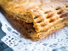 Menuda empanada! (Luicabe) Tags: interior comida alimento luis zamora objeto cabello empanada profundidaddecampo macrofotografa hojaldre yarat1 enazamorado luicabe