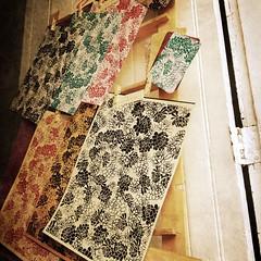 La venta (Laura Zahr) Tags: chile flores color paper print sale decorative colores silkscreen papel diseo printed viadelmar siebdruck srigraphie serigrafia pastepaper decorativo paintedpaper estampado decoratedpaper papelestampado