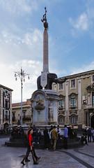 viaggio in Sicilia - 5 - incontri sotto la fontana dell'elefante (giuseppesavo) Tags: italy primavera italia pentax linux sicily piazza fontana catania sicilia elefante k7 vivitar19mmf38 pentaxlife photivo pp9354 ubuntumate