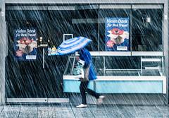 vielen dank fr ihre treue... (lichtmaler.at) Tags: street blue schnee snow umbrella blau regenschirm