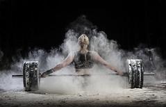 Mujer descansando sobre la barra de peso (noor.khan.alam) Tags: mujer spain espalda deporte fitness gym gimnasio olimpiadas tatuaje atletismo powerlifting pesas culturismo crossfit halterofilia olmpico