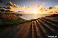 Atardecer en Azkorri (Mimadeo) Tags: sunset red sea cliff beach nature water beautiful grass landscape evening coast spain country coastline bizkaia basque euskadi vizcaya basquecountry paisvasco getxo azkorri