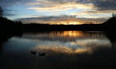 Graugs hora blava necs (Pemisera) Tags: sunset lake clouds lago ducks lac catalonia nubes catalunya crepusculo nuages patos llac canards nvols bergued necs avi graugs pemisera llacdegraugs josepmariaserarolsphoto