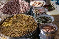contrast i disparitat (mercat del Iemen) (Kaobanga) Tags: contrast market mercado contraste yemen bales bullets ibb mercat balas disparity yémen iemen الجمهوريةاليمنية kaobanga disparidad اليَمَن alyaman aljumhuriyahalyamaniyah alǧumhūriyyahalyamaniyyah disparitat
