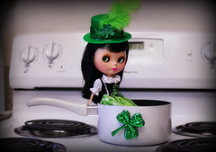 Guess WHO ??? (Heidi @ Blythe Fifth Avenue) Tags: goldie stpatricksday potofgold potogold girlsingreen leprechaunhat drindldress limegreenfeather winfreywarhol thankyouheike blytheadaymarch2016 stpatricksholiday glittersparkleshamrock potogoldie