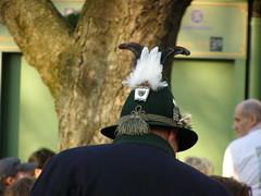 schräger Vogel im Biergarten (erix!) Tags: hat bayern hut spielvogel tailfeathers schwanzfedern auerhahn troddel troddelnichttrottel