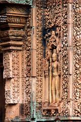 IMG_0898 Temple de Bantey Srei entre du sanctuaire (philippedaniele) Tags: cambodge siemreap angkor sculptures bouddhisme hindouisme jayavarman basreliefs benteaysrei kmers