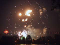 Fireworks 20140704 (caligula1995) Tags: clouds oregon portland fireworks dusk columbiariver 2014 jantzenbeach