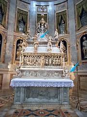 Altar and sarcophagus of Saint Dominic - Sarcophagus: 1265-1267 by Nicola Pisano, Arnolfo di Cambio, Pagno di Lapo and Fra' Guglielmo - Cyma: 1469-1473 by Niccol da Bari called Niccol dell'Arca - Statues (1494, blu arrow): Angel and Saint Petronius by M (* Karl *) Tags: bologna michelangelo nicolapisano saintdominic arnolfodicambio niccoldellarca fraguglielmo pagnodilapo niccoldabari