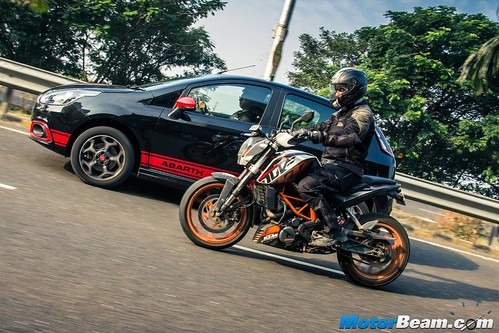 Fiat-Punto-Abarth-vs-KTM-Duke-390-11