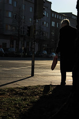 Schatten auf dem Gehweg (2) (Rdiger Stehn) Tags: germany deutschland europa leute menschen stadt schatten kiel schleswigholstein gegenlicht 2000s norddeutschland 2016 mitteleuropa strase 2000er holtenauerstrase canoneos550d kielblcherplatz