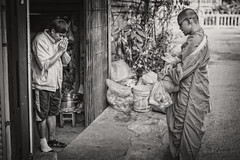 Thailand (♥siebe ©) Tags: street morning blackandwhite house men monochrome thailand early monk thai wai soi alms 2016 ประเทศไทย ไทย พระ เมืองไทย siebebaardafotografie