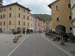 2011 04 24 Marche - Visso_0316 (Kapo Konga) Tags: italia piazza borgo marche citt visso