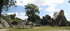 """Tikal: la Grand Place avec le Temple du Grand Jaguar (droite), l'Acropole Nord (centre) et le Temple des Masques (gauche) <a style=""""margin-left:10px; font-size:0.8em;"""" href=""""http://www.flickr.com/photos/127723101@N04/25632757954/"""" target=""""_blank"""">@flickr</a>"""