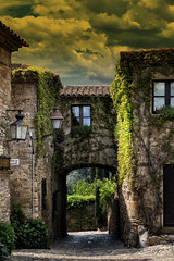 Entrada (JC Arranz) Tags: espaa verde atardecer arquitectura edificios plantas juan ciudad carlos medieval nubes 3200 turismo cultura gerona arcos arranz peratallada nikond