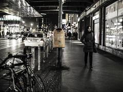 Friedrichstraße at Night (kohlmann.sascha) Tags: auto street people woman building berlin window car bike bicycle trash lens deutschland photography donna garbage automobile fotografie traffic pavement availablelight fenster taxi femme mulher streetphotography technik schaufenster voiture menschen sidewalk rubbish vehicle trike waste garbagecan trashcan refuse frau storewindow technique verkehr müll mülleimer gebäude velo fahrrad nokton voigtländer displaywindow mensch rubbishbin bürgersteig automobil dreirad mülltonne 汽车 女人 objektiv automóvel elcarro fortbewegungsmittel 女子 vettura elcoche streetfotografie laseñora strasenfotografie elautomóvil же́нщина nokton25mm1095 ser№8141040 автомоби́ль фра́у