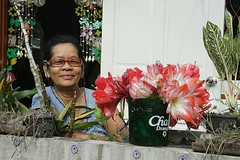 a lady and her lilies (the foreign photographer - ฝรั่งถ่) Tags: red lady portraits canon thailand kiss bangkok doorway khlong bangkhen thanon 400d lilites