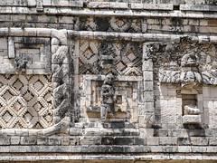 """Uxmal: deux serpents qui s'entrelacent et un homme (le Quadrilatère des Nonnes) <a style=""""margin-left:10px; font-size:0.8em;"""" href=""""http://www.flickr.com/photos/127723101@N04/25323126753/"""" target=""""_blank"""">@flickr</a>"""