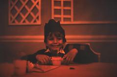 Bahamas 1988 (672) New Providence: Lyford Cay (Rüdiger Stehn) Tags: dia analogfilm scan 1980s slide 1980er diapositivfilm kleinbild kbfilm analog 35mm canoscan8800f 1988 contax137md bahamas newprovidence amerika westindischeinseln karibik mittelamerika lyfordcay menschen thebahamas nordamerika weihnachtsfest lyfordcayclub portrait innenaufnahme gebäude