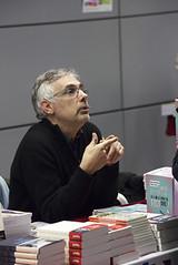 """Daniel Schneidermann en dédicace à la librairie des Assises • <a style=""""font-size:0.8em;"""" href=""""http://www.flickr.com/photos/139959907@N02/25572637881/"""" target=""""_blank"""">View on Flickr</a>"""