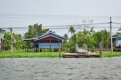 Houses on Ko Kret, an island in the Chao Phraya river near Bangkok, Thailand (UweBKK (α 77 on )) Tags: trees houses house water architecture river thailand flow island asia bangkok sony ko southeast alpha dslr chao koh 77 slt pak kret phraya kokret kohkret pakkret
