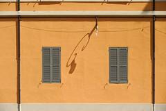 Attrazione segreta (mica tanto) (S. Hemiolia) Tags: windows orange arancio arancione lampione reggioemilia finestre museicivici