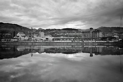 Reflejos en la ria de Bilbao (Davidde la Iglesia) Tags: bw blancoynegro water buildings river blackwhite agua bilbao bizkaia ria reflejos reflects x100s
