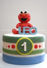 Elmo birthday cake (Tramie's Kitchen) Tags: cake elmo sesamestreet fondant cakepop