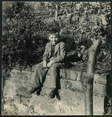 Archiv C886 Auf der Gartenmauer, 1950er (Hans-Michael Tappen) Tags: boy outfit child outdoor 1950s junge anzug rohbau kleidung ostalgie knabe 1950er bursche gartenmauer sttzmauer ddrzeit archivhansmichaeltappen