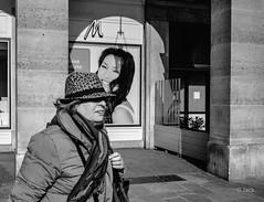 smiles (Jack_from_Paris) Tags: street city bw smile angle noiretblanc louvre candid wide olympus le sur monochrom capture rue sourire omd affiche trottoir lightroom vif em5 nx2 pancake14mmf25asph p3220691bw