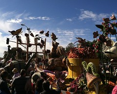 052 An Edible Feast (saschmitz_earthlink_net) Tags: california caterpillar pasadena roseparade float rotaryinternational 2016 tournamentofroses workingtogetherforpeace