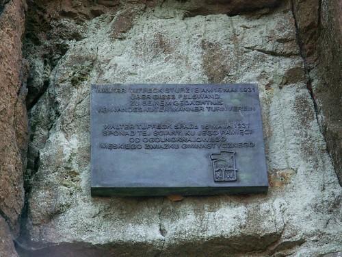 Tablica upamiętniająca Waltera Tuffecka na ścianie skał Skalnego Mostu