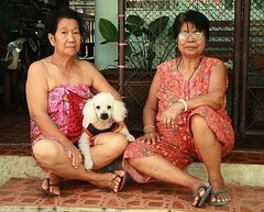 ladies and their dog (the foreign photographer - ฝรั่งถ่) Tags: ladies dog portraits canon thailand kiss bangkok poodle aged middle khlong bangkhen thanon 400d