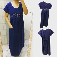 ชุดยีนส์ยาว ปักลายดอกไม้แฟชั่นเกาหลีแขนสั้น Denim Dress ส่งออก สีน้ำเงิน - พร้อมส่งTJ7651 ราคา990บาท ชุดยีนส์ สำหรับผู้หญิงเป็นแฟชั่นทันสมัย เดรสคอลเล็กชั่นนี้เป็นแบบใหม่มาแรงสุด hot เป็นชุดยีนส์ยาวแขนสั้นใส่สบายคอกลมปักลายดอกไม้ช่วงหน้าอก มีกระเป๋าด้านหน