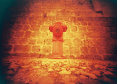 Beroa (Garuna bor-bor) Tags: street camera film stone wall hydrant 35mm geotagged pared fire diy calle pierre dordogne pinhole lightleak homemade périgord poteau expired rue boca mur kale incendio matchbox harri incendie piedra fotografía c200 fujicolor karrika horma occitanie 2015 sténopé occitània redscale nontron argazkilaritza caducado carrièra estenopéica escaladerojos dordoña estenopeikoa dordonha okzitania dordoina perimé òc perigòrd nontronh geolokalizatua geokokatua óucitanìo eskalagorria pèira iraungituta orratzulo urhargune paredada