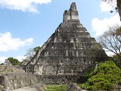 """Tikal: le Temple du Grand Jaguar et le Jeu de Pelote (devant) <a style=""""margin-left:10px; font-size:0.8em;"""" href=""""http://www.flickr.com/photos/127723101@N04/25964593540/"""" target=""""_blank"""">@flickr</a>"""