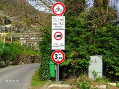 Sdtirol - South Tyrol (Italy) - Alto Adige - Italia > In und um  Algund (Lagundo)  2016 (warata) Tags: italien italy alps italia schild alpen sdtirol altoadige southtyrol verkehrszeichen verbotsschild dolomiten 2016 weinberge hinweisschild algund